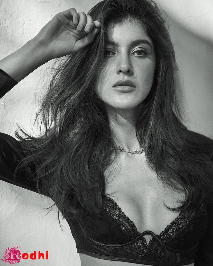 Karan Johar's seal on Shanaya Kapoor debut, announced with glamorous photos, बॉलीवुड के दुसरे बढे परिवार कि एक ओर फिल्म मे कदम राखने....